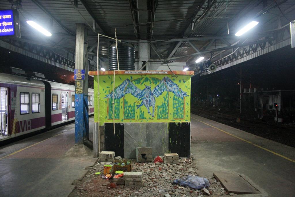 mural at Mahalaxmi railway station